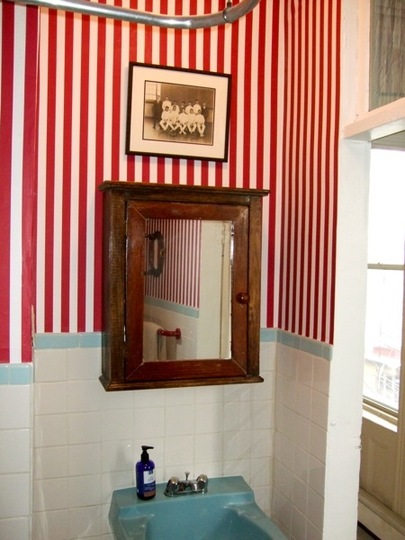 Barbershop inspired bathroom  accoutrements -> Banheiro Vintage Moderno